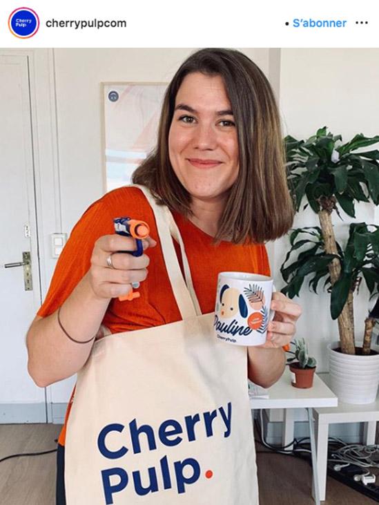 photo d'une employée cherry pulp avec un sac de goodies