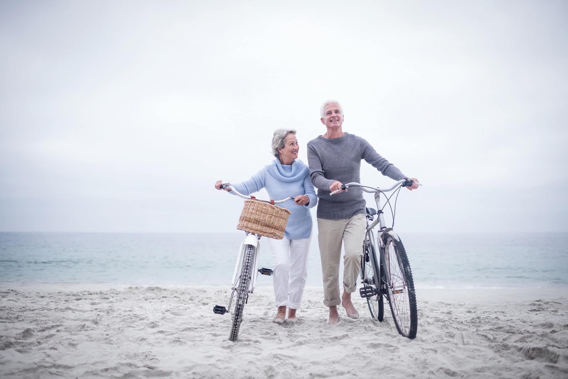 couple qui fait du vélo sur la plage