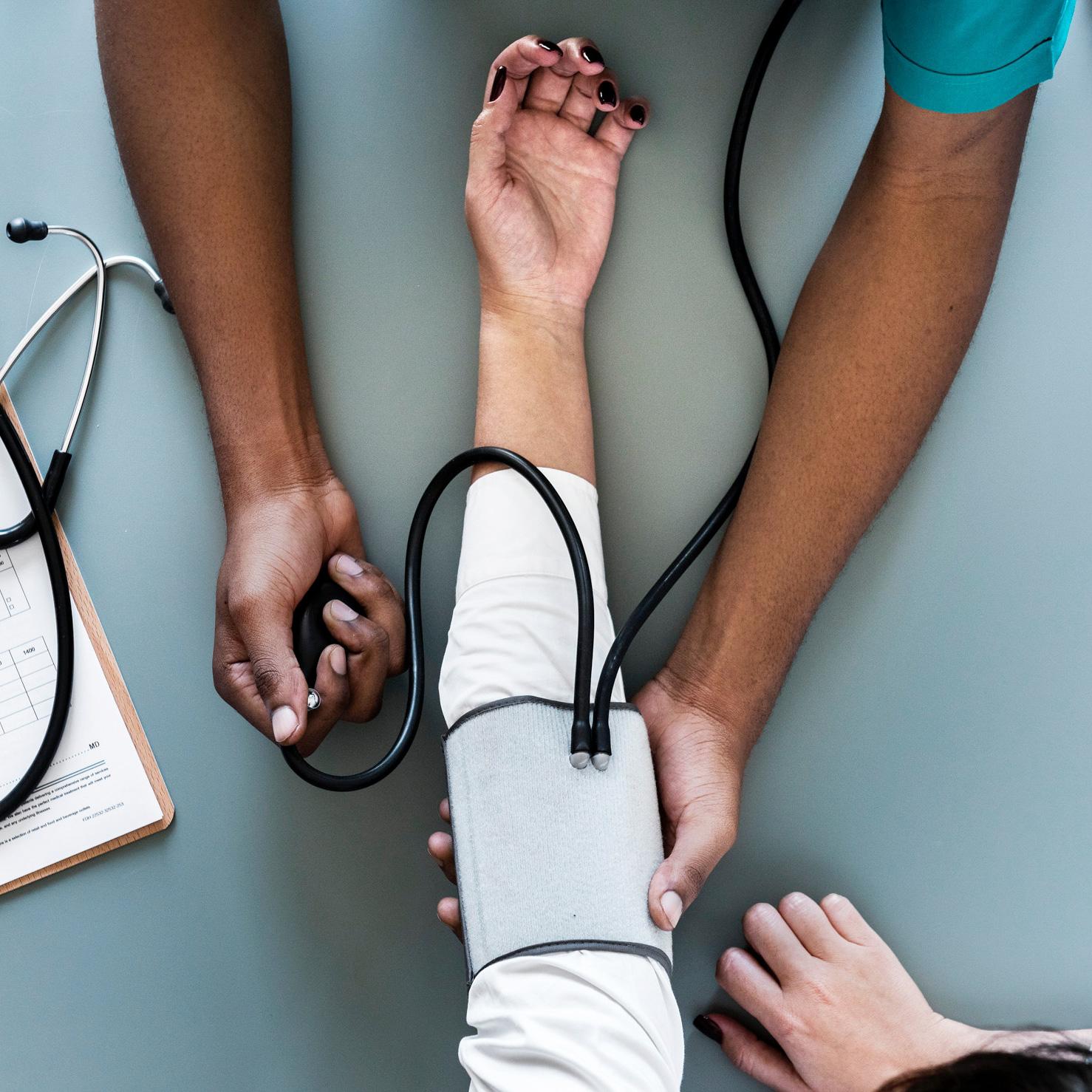 médecin qui prend la tension d'un patient