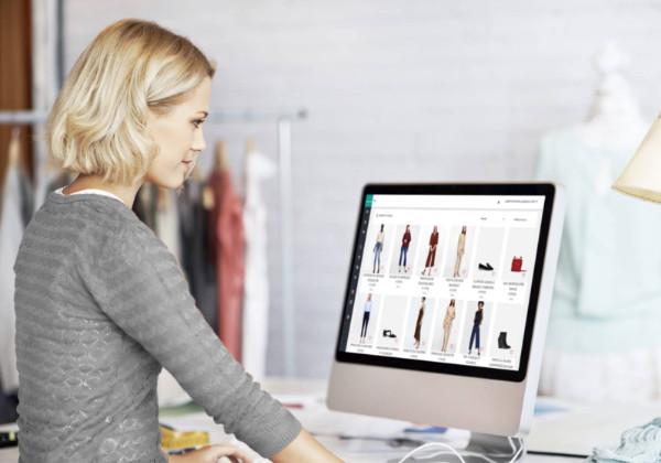femme sur ordinateur qui regarde le site retviews